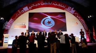 Mohamed Tlili Mansri, président de l'Isie, l'instante chargée des élections, annonce lors d'une conférence les résultats des élections municipales à Tunis, le 9 mai.