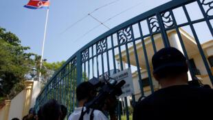 Periodistas en la puerta de la Embajada de Corea del Norte en Kuala Lumpur, este 9 de marzo de 2017.