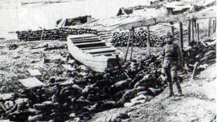 Xác người chết trong vụ thảm sát Nam Kinh bên bờ sông Dương Tử  năm 1937.