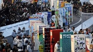 Des milliers de personnes se pressent pour admirer les dominos géants sur le tracé du Mur, le 8 novembre 2009.