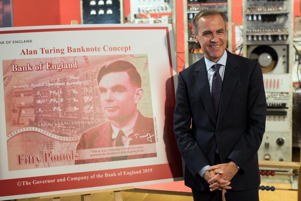 Mark Carney, gouverneur de la Banque d'Angleterre, pose à côté du nouveau billet de 50 livres de la Banque d'Angleterre mettant en vedette le mathématicien Alan Turing, à Manchester (Angleterre), le 15 juillet 2019.
