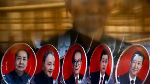 北京一家商店橱窗从左到右依次摆着毛泽东、邓小平、江泽民、胡锦涛及习近平的纪念章。